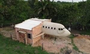 Homem que construiu casa em forma de avião realiza sonho de ser piloto