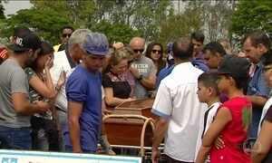 Alunos mortos a tiros dentro de escola são enterrados em Goiânia