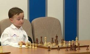 Prodígio russo do xadrez, Misha é celebridade com apenas quatro anos