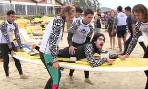 Projeto social oferece aulas de surfe para cegos