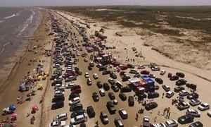 Faixa de areia em praia no RS vira gigantesco estacionamento no verão