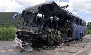 Acidente com ônibus deixa oito mortos e 28 feridos na BR-020