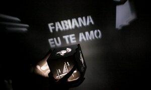 Empresário cria luminária que reflete imagens e mensagens no escuro