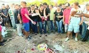 Corpos de moradores mortos no Complexo do Alemão são enterrados