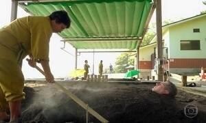 Tratamento de saúde no Japão enterra pessoas até o pescoço na areia a 50º