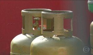 Botijão de gás de cozinha está em falta; vendedores abusam no preço