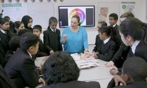 Melhor professora do mundo fala 'oi' em 35 idiomas em escola na Inglaterra