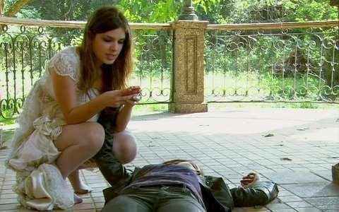 Gabriel chega ao sítio para salvar Alexia