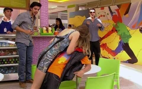 Fatinha paga a promessa e beija Pilha