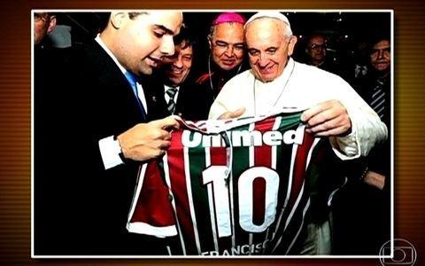 Papa Francisco recebe camisa do Fluminense de presente