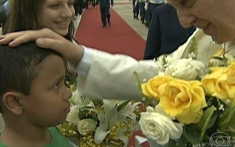 Crianças chegam perto do Papa Francisco