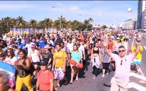 Caminhada leva 6 mil pessoas a Praia de Camburi