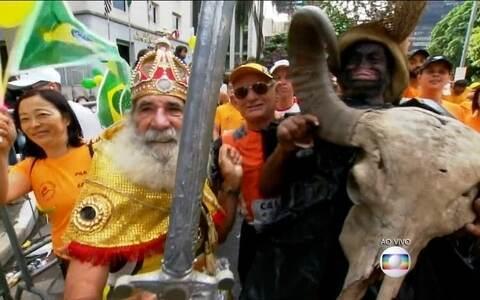 Povo tomas as ruas e ousa nas fantasias  para São Silvestre 2015