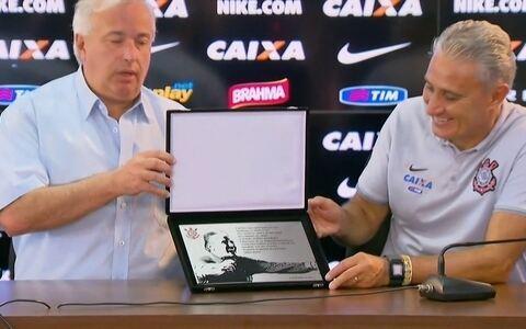 Tite completa 350 jogos pelo Corinthians e recebe homenagem de Roberto de Andrade