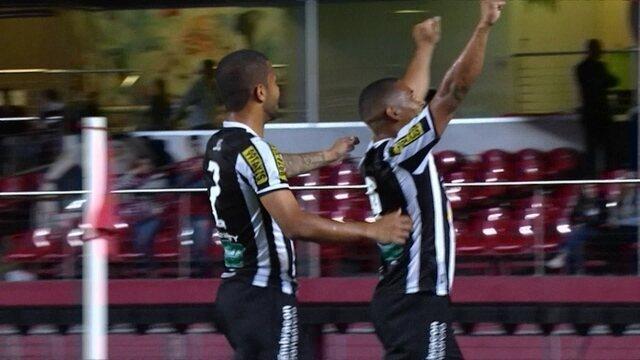 Rafael Costa comemora o primeiro gol da partida.