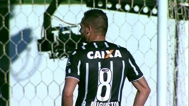 83939dc40674f Vagner Love encara marcação pelo lado esquerdo da área e ganha escanteio  para o Corinthians.