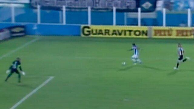 Aos 25', Lucas sai de cara para o gol e chuta. Éverson desvia a bola, que sai. Escanteio.