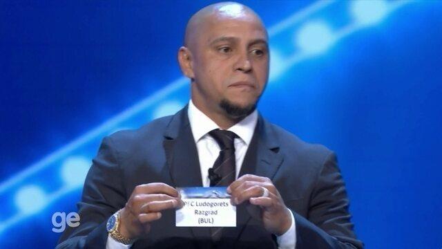 BLOG: Após devolver bolinha no sorteio da Champions, Roberto Carlos sofre com piadas