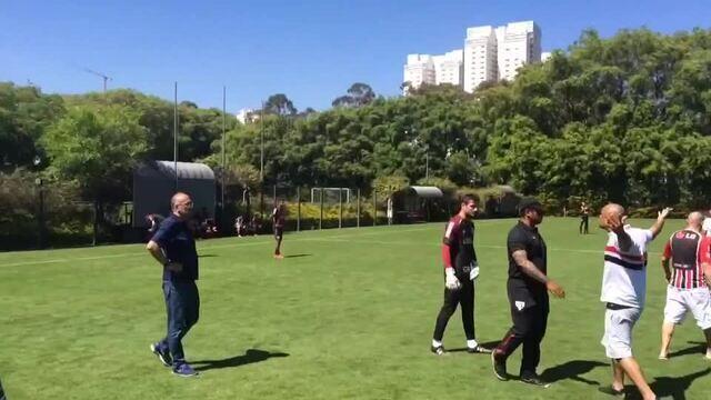 """Torcedores do São Paulo protestam na cara de Denis e sugerem que """"gringos"""" correm mais"""