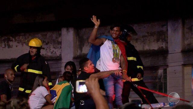 Isaquias Queiroz é recebido com festa em Ubaitaba