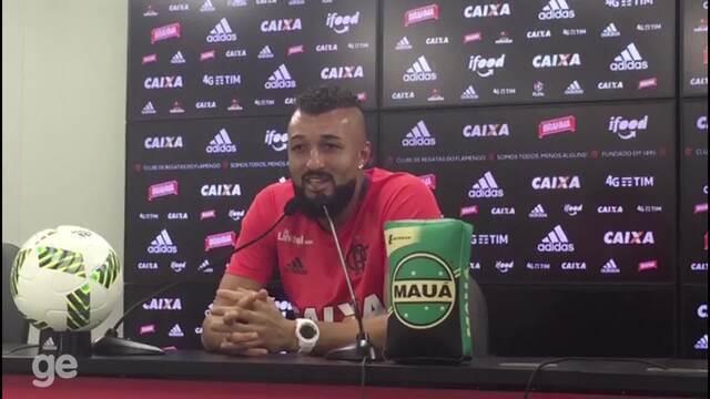 Com 10 pontos na boca, Alex Muralha aprova memes: ''Não dá para rir muito''