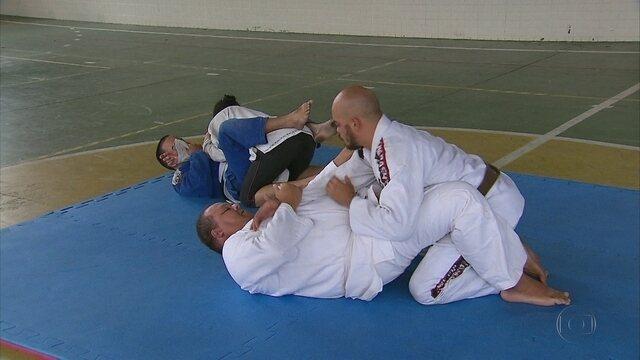 Com poucos recursos, cegos praticam Jiu Jitsu sem equipamentos necessários, no Recife