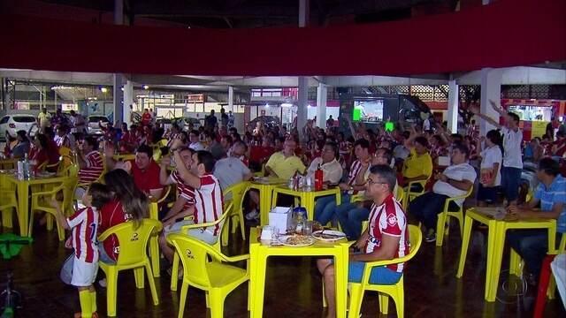 Torcedores e jogadores do Náutico acompanham jogo contra Luverdense na sede do Alvirrubro