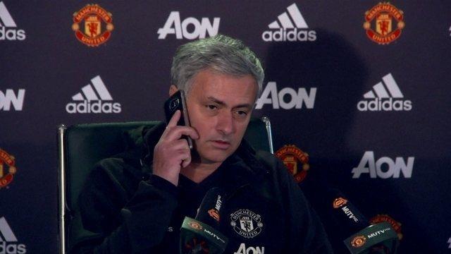 BLOG: Em momento descontraído, Mourinho atende telefone de repórter na coletiva
