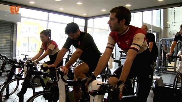 Aulas coletivas de bike simula provas de rua com controle e qualidade do indoor