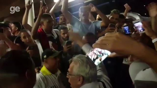 """Aos gritos de """"casaca"""", Vasco é recebido com festa da torcida em Brasília"""