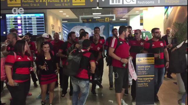 Animados: torcedores do Flamengo fazem festa no aeroporto antes do embarque para Curitiba