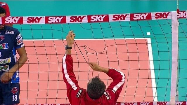 Jogador do Sesi rasga a rede e leva cartão amarelo