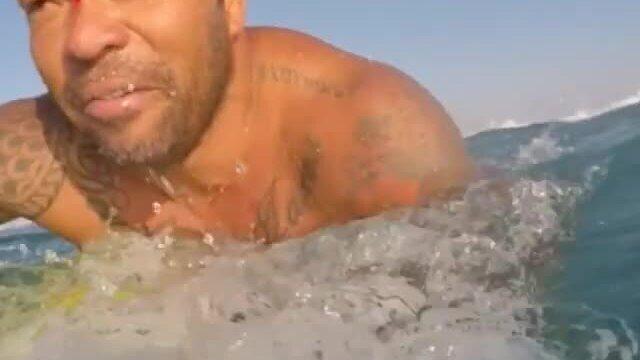 Surfista Sunny Garcia sofre corte no rosto durante freesurf