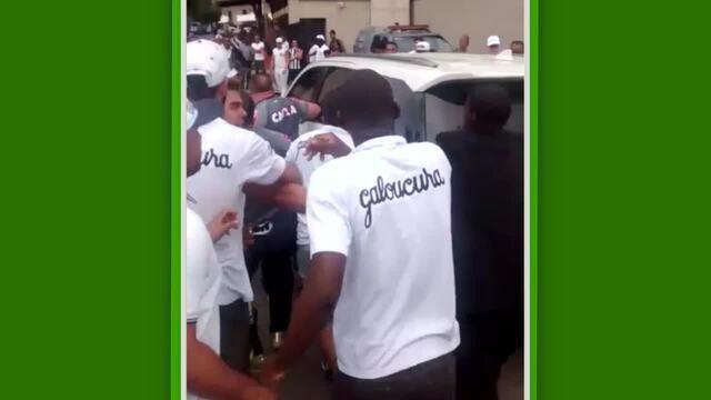 Torcida do Atlético-MG cerca jogadores e faz provocações na entrada do CT