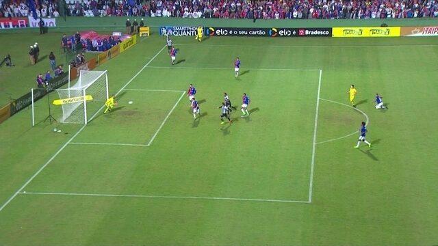 """Leo, goleiro do Paraná, evita gol de Fred e ganha enquete de """"vilão"""""""