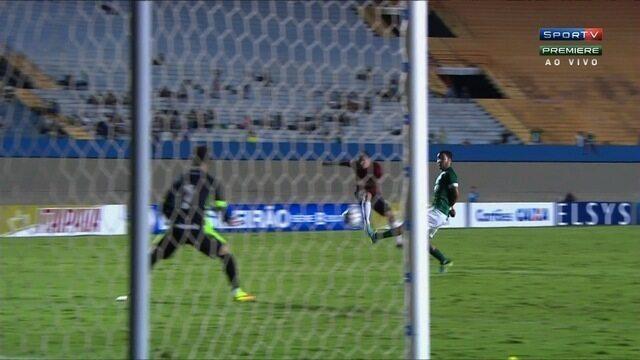 Bruno Lopes bate cruzado e leva perigo ao gol do Goiás, aos 21 minutos!