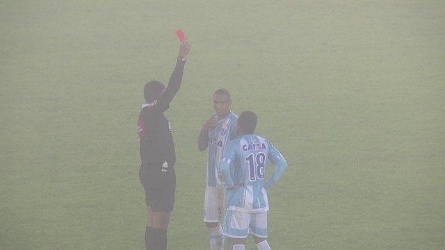 Expulso! Leandro Silva recebe segundo amarelo e é expulso