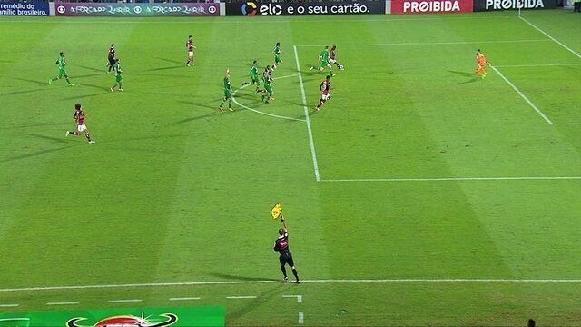 Não valeu! Vinícius Júnior faz o gol, mas árbitro marca impedimento, aos 42' do 2º Tempo
