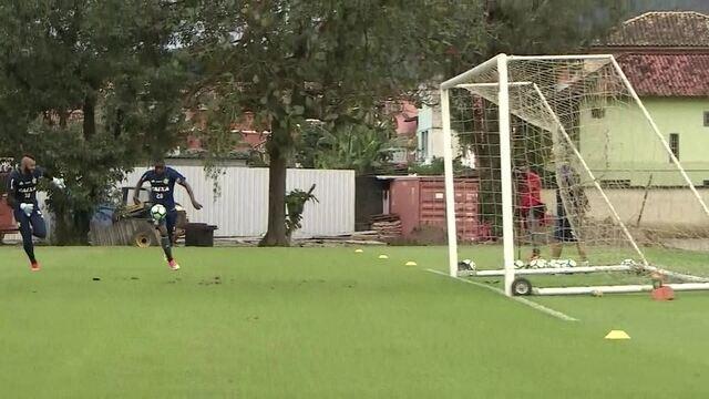 Vinícius Júnior dá chapéu em Muralha e marca belo gol durante treino do Flamengo