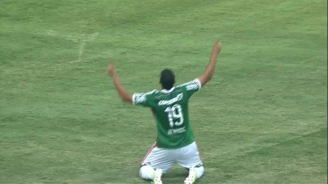 Henrique faz de pênalti o primeiro gol do Palmeir na arena, contra o Atlético-PR, em 2014