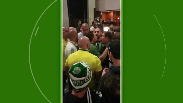 Torcedores do Palmeiras cobram Alexandre Mattos em hotel de Belo Horizonte