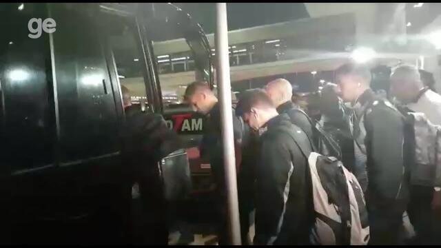 Jogadores do Atlético-MG passam em silêncio pelo saguão do aeroporto após eliminação
