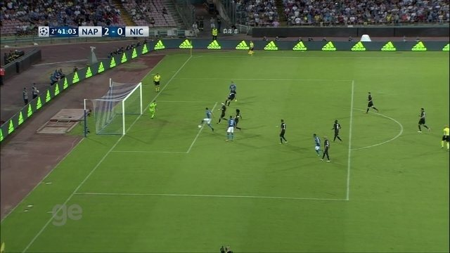 Perdeu! Jorginho lança Callejon, que cruza e Milik fura a bola, aos 41 do 2º tempo
