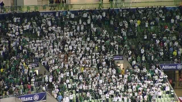 """Parte da torcida do Palmeiras canta """"time sem vergonha"""" depois da derrota em casa"""