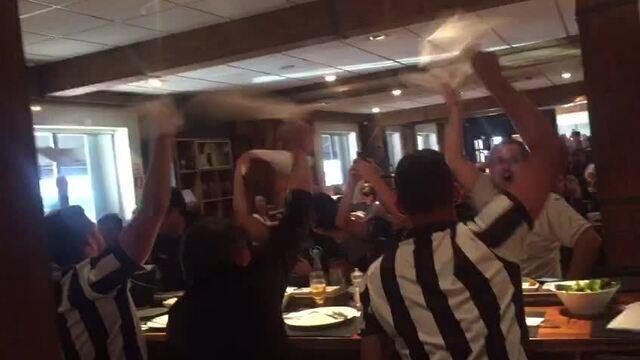 Torcedores do Botafogo fazem festa em hotel de Porto Alegre.