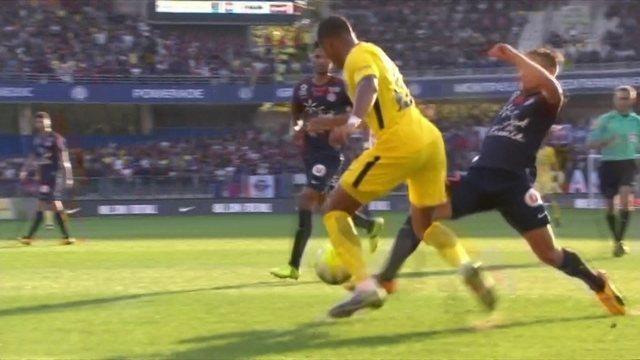 Mbappé recebe na frente e chuta, mas bola toca em zagueiros e não entra aos 18 do 2º