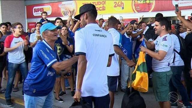 Torcida do Confiança faz festa em aeroporto no embarque do time para Sorocaba