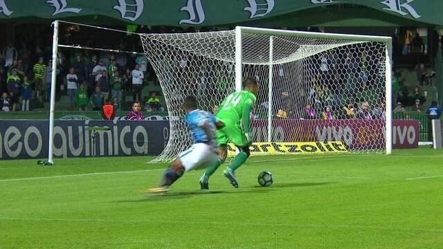 """Wilson deixa atacante do Grêmio """"falando sozinho"""" com belo drible"""