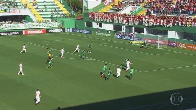 Jandrei defende pênalti, mas não evita derrota da Chape por 1 a 0 para o Flamengo