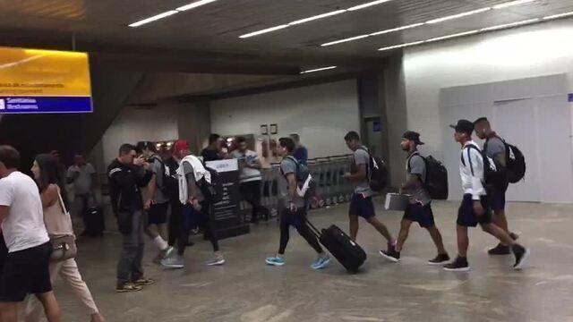 """Jogadores do Corinthians desembarcam em São Paulo na segunda; torcedor grita """"campeão já"""""""
